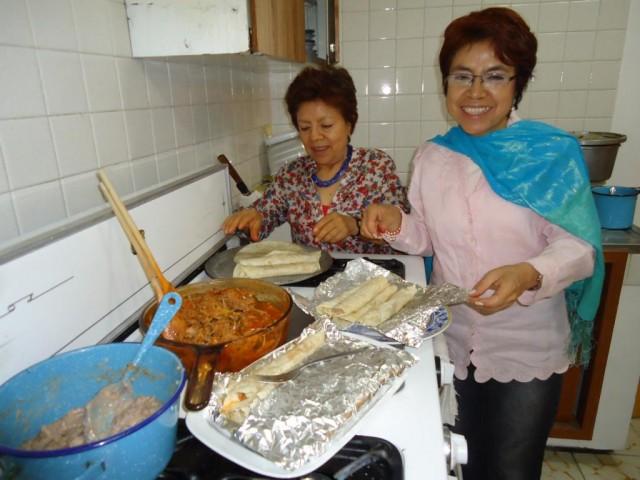 Freundliche Gastgeber beim Burritos-Zubereiten