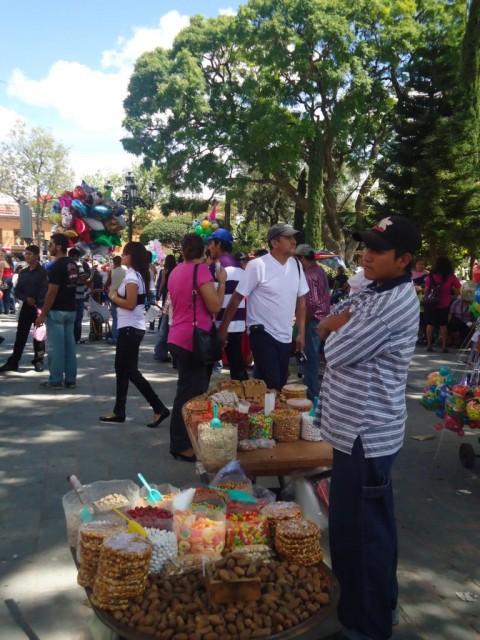 Straßenverkäufer - überall kann man Nüsse und Süßigkeiten kaufen