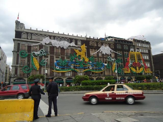 Polizei und Taxen auf dem geschmückten Zócalo