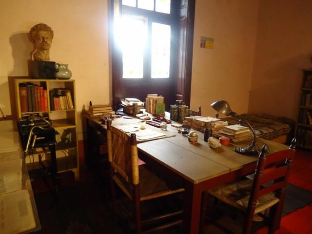 Der Schreibtisch von Leo Trotskij - die zerbrochene Brille liegt noch da