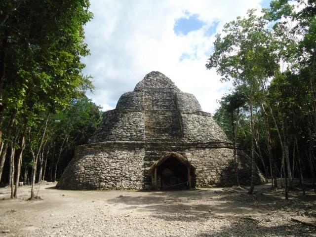 Maya-Ruinen im dichten Busch von Cobá